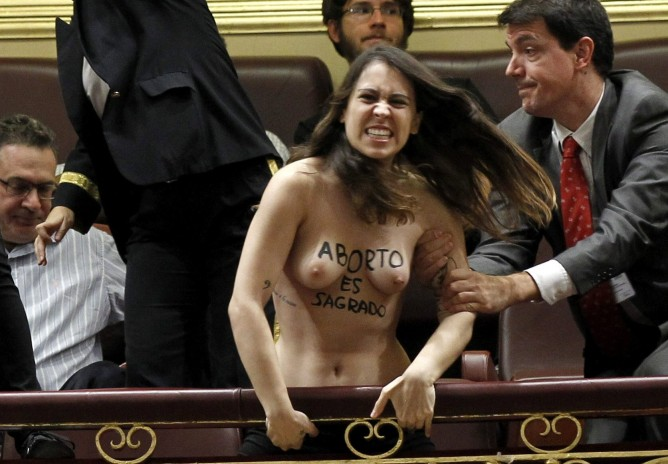 Activista de Femen protestando en el Congreso