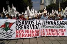 Campesinos mexicanos marchando en la ciudad de México en contra de la reforma energética y del despojo de sus tierras