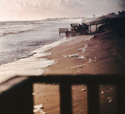 Clichés y sonrisas: Una playa de septiembre, de Sofía González, manual de neo-tristeza virtual