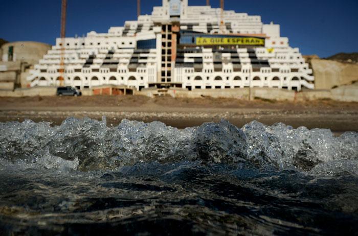 Imagen del Hotel El Algarrobico, un gran mastodonte de 21 plantas que se levanta inacabado al borde del mar en el parque natural del Cabo de Gata de Almería | Foto: Greenpeace