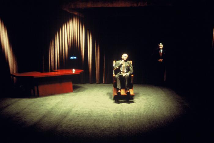 Mulholland Drive: Pessoa en la sala oscula