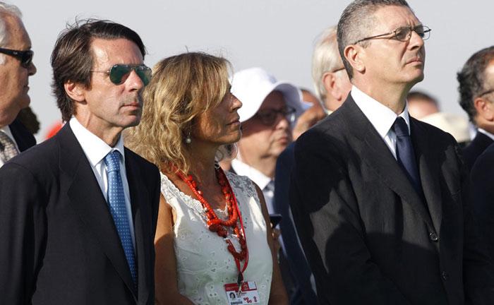 El expresidente del Gobierno, José María Aznar, junto a su mujer, la alcaldesa de Madrid, Ana Botella, y el ministro de Justicia, Alberto Ruiz-Gallardón, durante la misa de clausura de las Jornadas Mundiales de la Juventud en agosto de 2011.