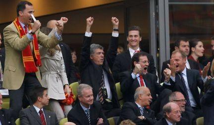 El presidente del Gobierno, Mariano Rajoy, junto al Príncipe Felipe celebrando uno de los goles de España durante la final de la pasada Eurocopa