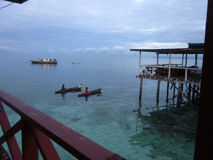 La zona de las hostales locales, junto a la gente local. Non son lujosos, como los demás alojamientos, pero son muy auténticos y también ofrecen servicios de buceo y snorkel.
